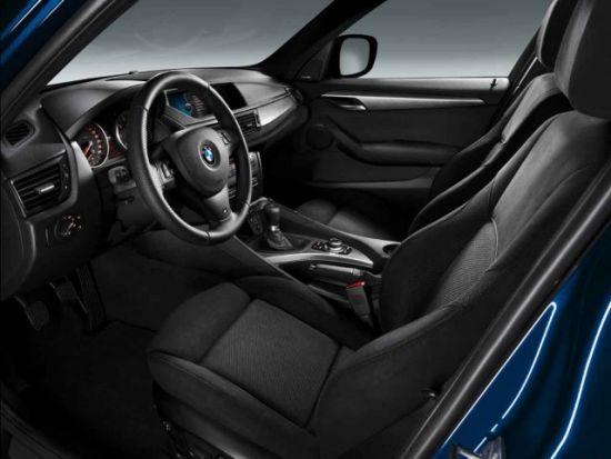 另外,消费者还可以根据自己的偏好选择特殊的车身颜色,如阿尔卑斯白,勒芒蓝,宝石黑,太空灰,银砂红和云母白。这些颜色,都是针对新款宝马X1 M Sports而特别开发的。在内饰方面,宝马X1 M Sports更好地满足了那些喜爱运动赛车风格消费者的口味,采用了Alcantara高级织物运动型座椅,宝马M系列运动标识的多功能真皮方向盘,带橡胶防滑钉的铝制运动型侧踏板等。对于手动挡车型,则采用了带M运动标识的换档杆。