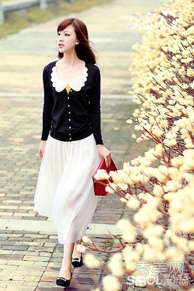 针织开衫+白色长裙