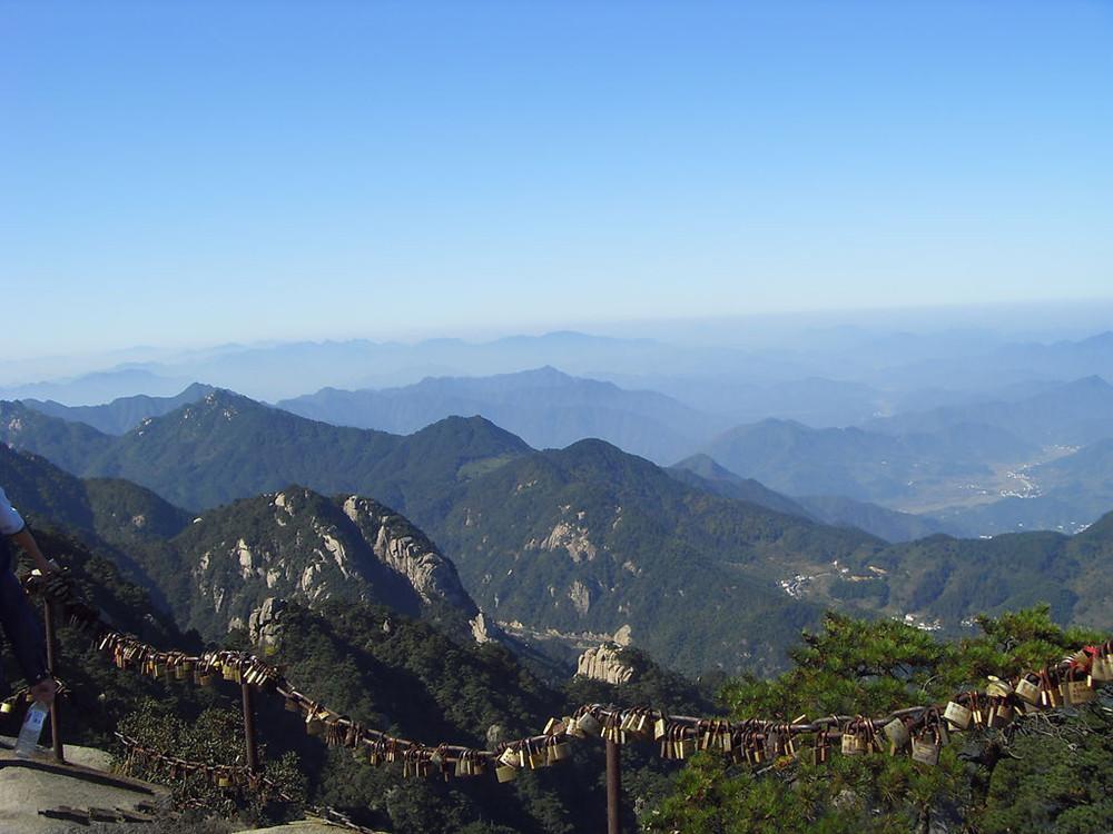 后参观九华山开山祖寺--【 化城寺】(游览时间不少于40分钟),乘坐百岁